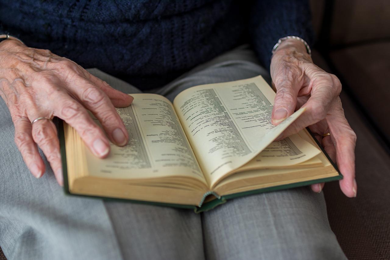 Alzheimer-Come-la-Lettura-Puo-Aiutare-gli-Anziani-e-la-Memoria Alzheimer: come la lettura può aiutare gli anziani