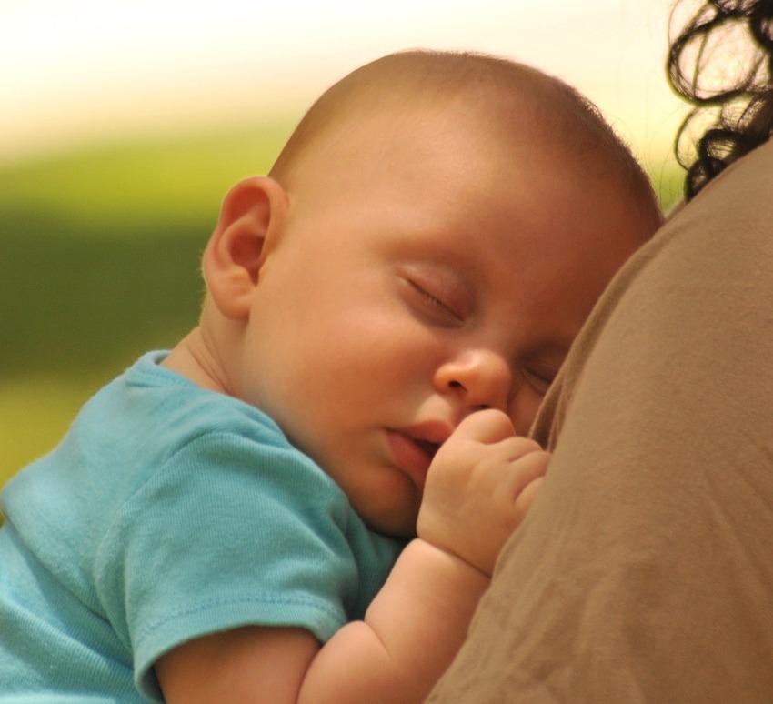 Perche-un-Neonato-Dorme-Solo-in-Braccio-Cause Perché un neonato dorme solo in braccio?