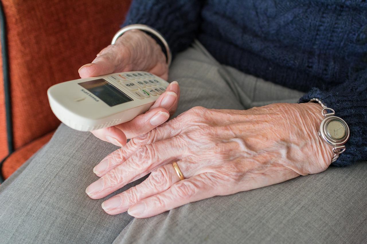 Come-Scegliere-il-Telefono-per-gli-Anziani-Ipovedenti Come scegliere il telefono per gli anziani