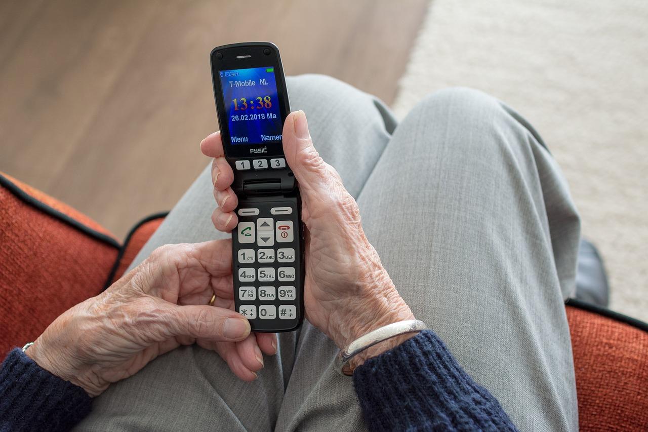 Come-Scegliere-lo-Smartphone-per-gli-Anziani Come scegliere il telefono per gli anziani