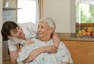 Come trasferire l'anziano dal letto alla carrozzina