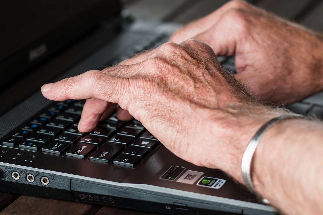 Come-Evitare-le-Truffe-Online-agli-Anziani Come evitare le truffe agli anziani