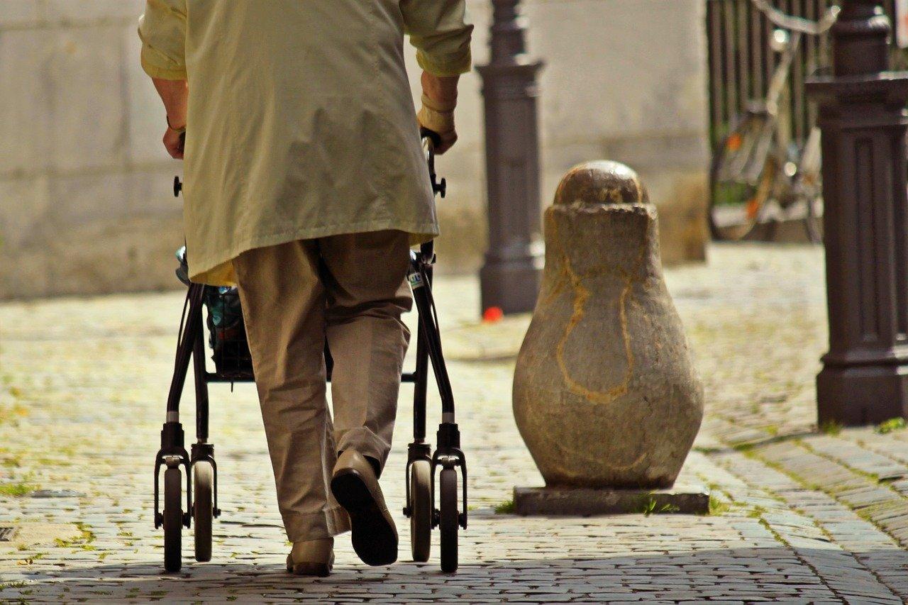 Come-Scegliere-il-Girello-Deambulatore-da-Casa-per-Anziani Come scegliere il girello da casa per anziani