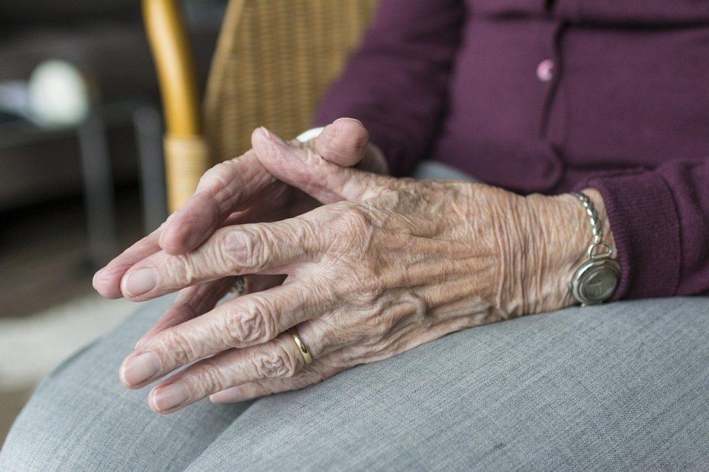 Come-Riconoscere-la-Depressione-negli-Anziani-1024x682 Tristezza, depressione o demenza senile?